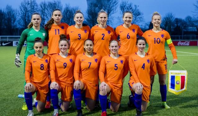 Het nationale team van Nederland onder 17 jaar poseert in Zaltbommel. Op de achtergrond de markante Watertoren, de naamgever van het sportcomplex. Foto: PPM/Marco Oomen