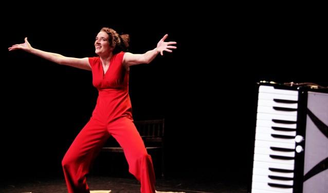 Cabaretière, columniste én vooral ook natuurliefhebster Nathalie Baartman leidt de ballade-avond in goede banen. Foto: Roos Gast - Schoneveld