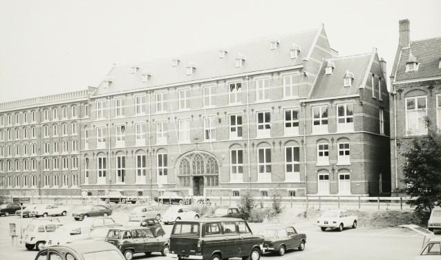 De kantoren van de Provinciale Griffie, rechts een gedeelte van het voormalige Rijksarchief, op de voorgrond de Parkeerkuil. Anno 1971. In november dat jaar verhuisde de provinciale griffie naar een nieuw onderkomen aan de zuidrand van de stad.