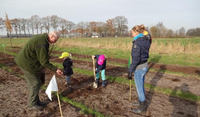 Aan de rand van de Cartierheide in Eersel vlakbij het Laarven aan de Postelseweg worden ruim 2000 linde- en beukenboompjes geplant door tientallen leerlingen van basisscholen uit de gemeente Eersel.