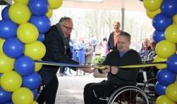 Wethouder Gerbert Priem knipte het lint samen met rolstoeltrainer Eric Stuurman door. Dit onder toeziend oog van veel leden, aannemers en vijf rolstoeltennissers. Foto: Eigen foto