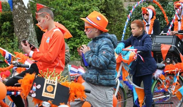 De optocht van Koningsdag 2017 trok traditiegetrouw weer veel kleurrijke deelnemers. De Oranjevereniging maakt het programma voor 2018 bekend tijdens de jaarvergadering. Foto: Annemieke Westphal-Kreeftmeijer