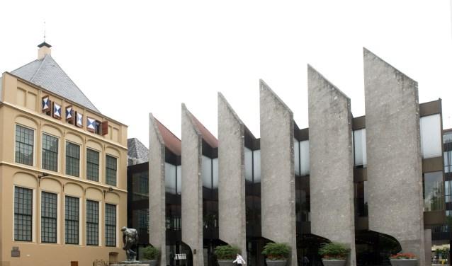 Het stadhuis aan het Grote Kerkplein. Het pand wordt momenteel verbouwd.