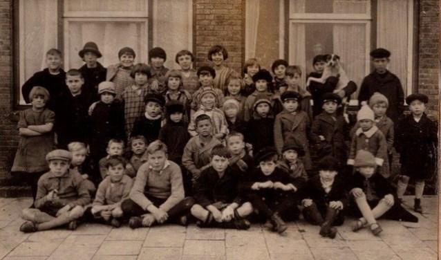Groep kinderen Carel Nakkenstraat in 1928