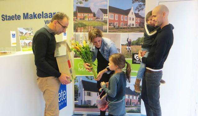 Steven en Nienke kochten vrijdag de laatste nul-op-de-meter-woning in Goede Morgen fase 1. Ron Cornelissen feliciteert hen namens ontwikkelaar Geerpark BV (een samenwerkingsverband van Hendriks Coppelmans en Janssen de Jong Projectontwikkeling).