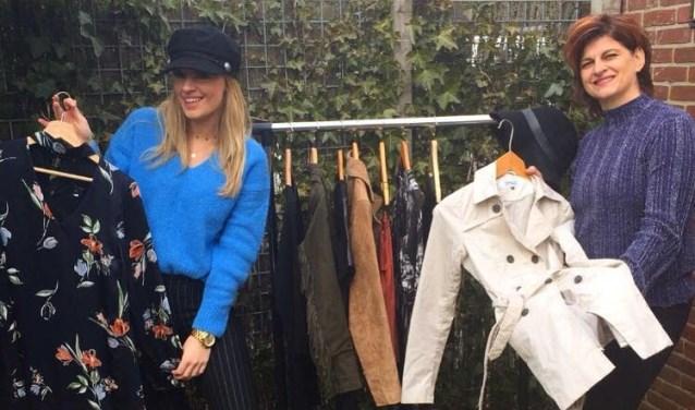 Marjo van Beek (rechts) en Sharon van Beek (links) zijn moeder en dochter en de initiatiefnemers van het tweedehands Fashion Event.
