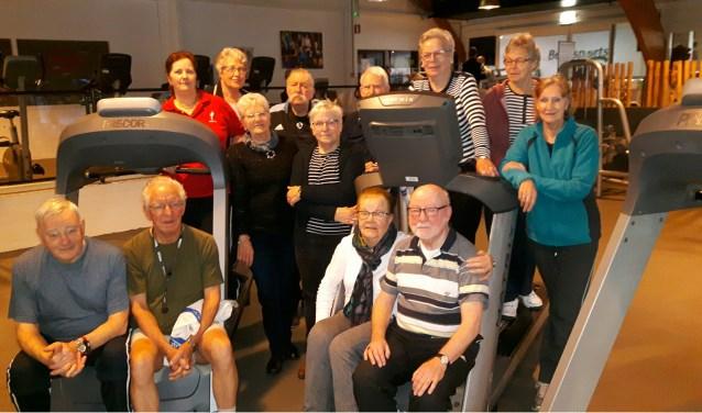 Een groot gedeelte van de sportieve seniorengroep, variërend in de leeftijd van 70 tot 85, die iedere week gaan sporten bij Bent Sports in Zevenaar. (foto: Danny van der Kracht)