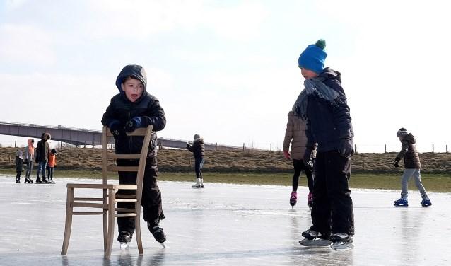 Voor 6-jarige Nathan(met stoel) uit Rhenen is het wel even wennen, om voor het eerst in zijn leven op de schaats te staan.