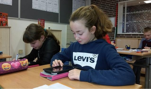Charissa Reis (rechts) en Ruth Menkveld zijn al helemaal vertrouwd met hun tablets. Foto: S. Grooters.