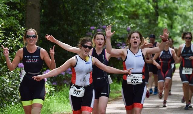 Het finishen van een triathlonwedstrijd geeft, ongeacht de afstand oftijd, een enorme kick.