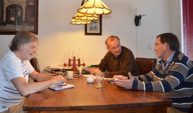 Bernard Baakman(r), coördinator in de Utrechtse Heuvelrug deelt  ervaringen uit zijn afdeling met Rob Venselaar (m) en Joop van Ditmarsch(l), beide bestuursleden van de Wijkse afdeling i.o..