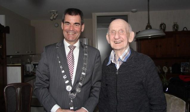 Vrijdagmorgen werdA.J. Zomer op zijn honderdste verjaardag verrast met een bezoek van burgemeester Wouter de Jong. Foto: Jan-Peter Geertman.