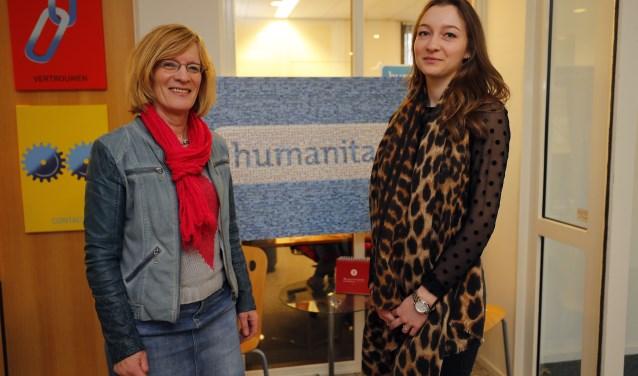 Thea van der Steeg en Sharen van Eeten halen veel voldoening uit hun vrijwilligerswerk voor Humanitas. FOTO: Bert Jansen.