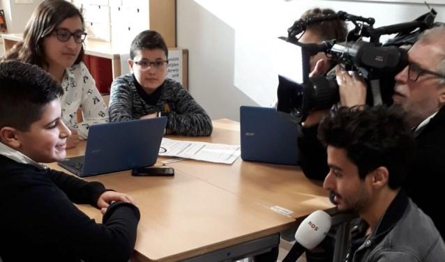 De leerlingen vonden het fantastisch om het Jeugdjournaal over de vloer te hebben (Foto: PR).