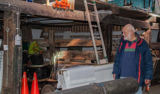 Kees Vuurens bij een leeggeroofde container. Foto: Jacques Stam
