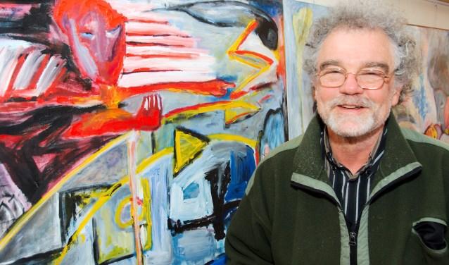 """Joep Zander stelt zijn schilderijen tentoon in het Etty Hillesum Centrum.  ,,Mijn tentoonstelling past goed in het Etty Hillesum Centrum. Dat is immers antidiscriminatiemeldpunt."""" (foto Gert Perdon)"""