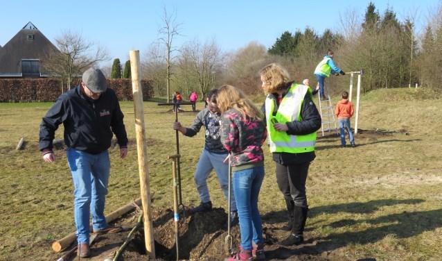 Kinderen van basisschool De Wingerd plantten vorige week op boomfeestdag 15 fruitboompjes achter de Hazenhoeve (foto Doriet Willemen).