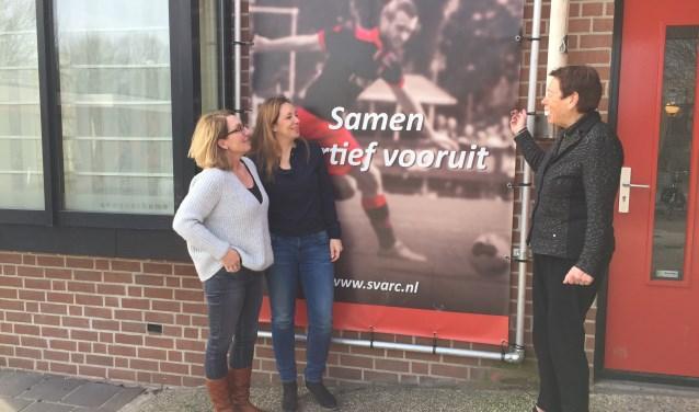 Irma Ligtvoet, Cindy van Baarle en Ank de Groot. Drie van de vier Alphense voetbalverenigingen worden bestuurd door deze vrouwen. FOTO: Ellen van Dilst