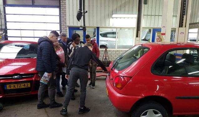 Bussen vol leerlingen, van het tweede leerjaar VMBO van CSG De Lage Waard en Het Willem de Zwijger College, bezochten deze ochtend verschillende bedrijven in beide gemeenten. (Foto: Privé)