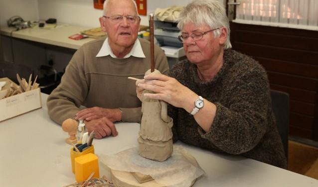 In het hobbycentrum voor senioren wordt hard gewerkt. (foto Marco van den Broek).