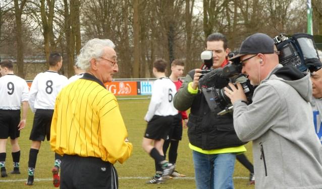 Joop Hartman deze keer als middelpunt van een media-spektakel. (Foto Don Fredo)