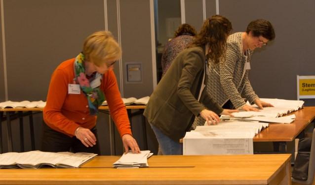 Medewerkers op het stembureau in Haaren tellen de stemmen bij de gemeenteraadsverkiezingen in 2014. Op 21 maart gaan de Haarense inwoners voor de laatste keer naar de stembus voor een zelfstandig Haaren.