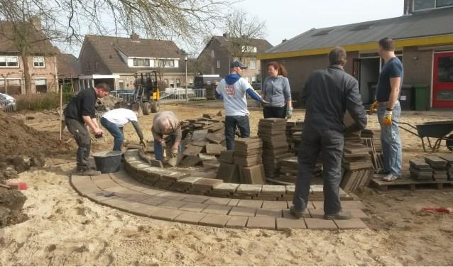 Tijdens NLdoet kunnen mensen zich op allerlei manieren belangeloos inzetten. Zo werd vorig jaar een deel van het nieuwe schoolplein van de Gravin van Rechterenschool in Appeltern aangelegd.