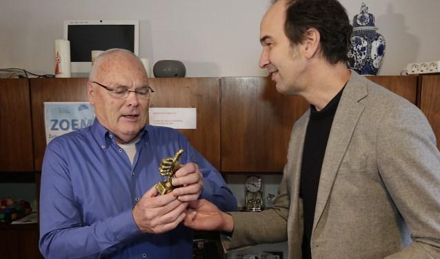 Geert Hut, voorzitter van zorgcoöperatie Graaggedaan, nam op maandag 12 maart uit handen van gedeputeerde Henri Swinkels een Gouden Duim in ontvangst. Foto: Jurgen van Hoof