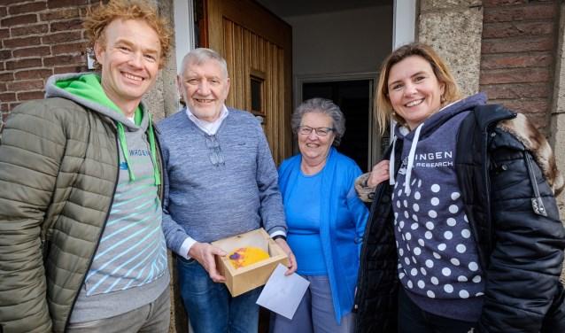 Hubert Kleijn ontving net als 99 andere inwoners van Wageningen een taart van de jarige universiteit.