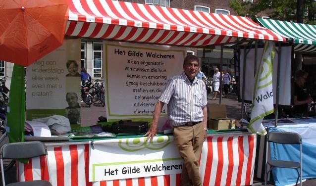 Jaap Passenier van de Stichting Gilde Walcheren bij de kraam tijdens de Vrijwilligersmarkt in Middelburg. Foto: Gilde Walcheren