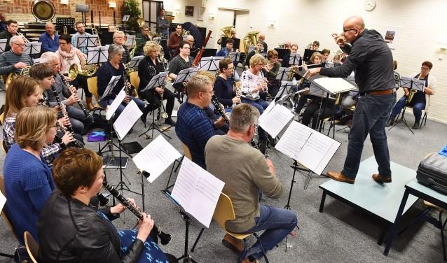 Symfonisch Blaas Orkest Gaanderen in repetitie. (foto: Roel Kleinpenning)