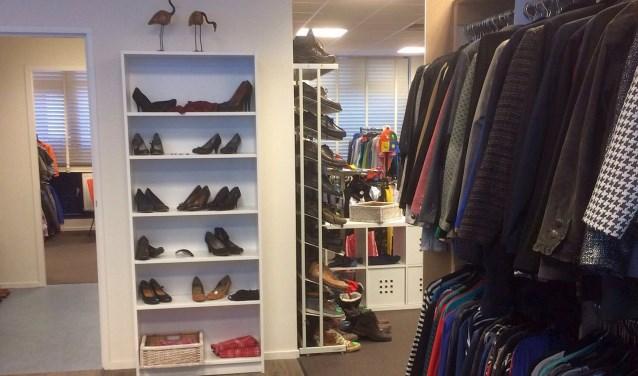 Kledingbank Oldenzaal voorziet mensen die dat nodig hebben, van kleding, schoenen en accessoires. Iedereen kan kleding inbrengen.
