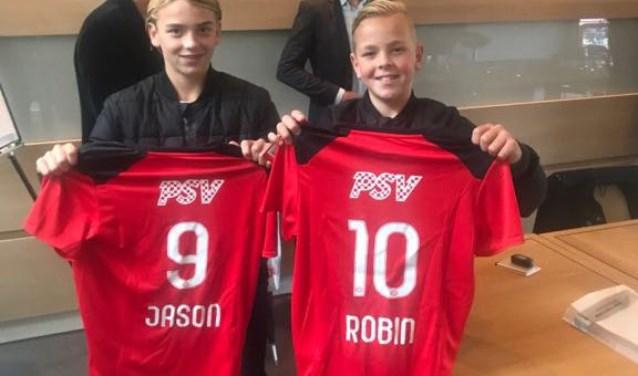 Links de 13-jarige Jason en rechts de bijna 12-jarige Robin van Duiven, die hopen bij PSV als echte voetbaltalenten door te breken