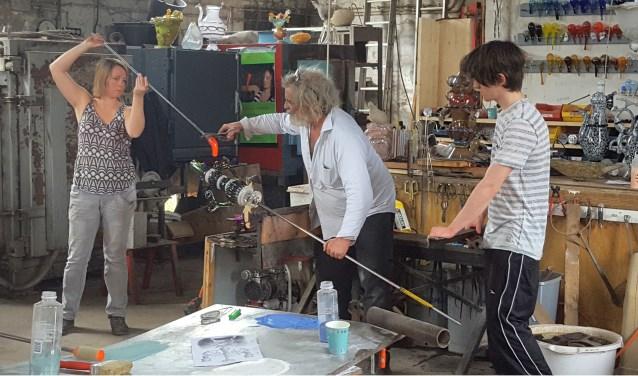 Bernard Heesen aan het werk in zijn atelier.