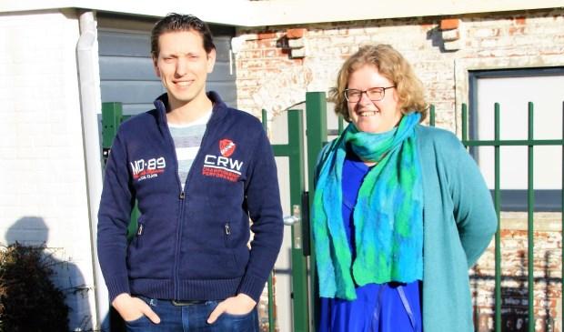 links Peter Otten de nieuwe voorzitter van het Nederlands Brandweerorkest en rechts de voormalige voorzitter Donja Hoevers