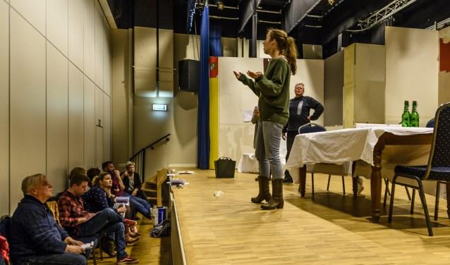 Toneelvereniging de Vriendenkring is volop in de weer met de repetities van 'Meiden achter het behang' dat op 16, 17, 23 en24 maart in de Rosdoek in Wintelre op de planken wordt gezet.