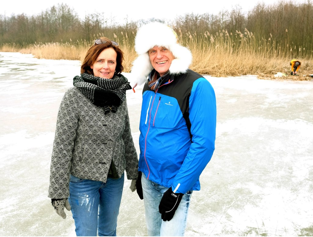 Titia en Cees uit Amerongen stonden na 20 jaar voor het eerst weer op de schaats.  © Persgroep