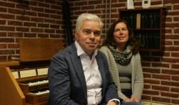 Dirigent Johan Hulsof en secretaris Beppie Hoekman in verenigingsgebouw Eltheto (Foto: Esmee Hendriks)