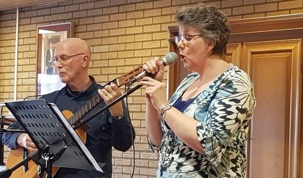 Appie de With en Dieke Biesheuvel tijdens hun optreden. Eigen foto