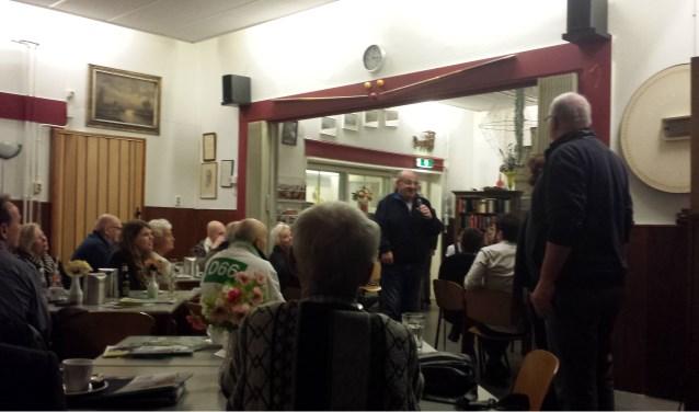 Een volle zaal in Soos Blauwhuis tijdens het verkiezingsdebat voor ouderen. (Tekst en foto: Frank Willemse)