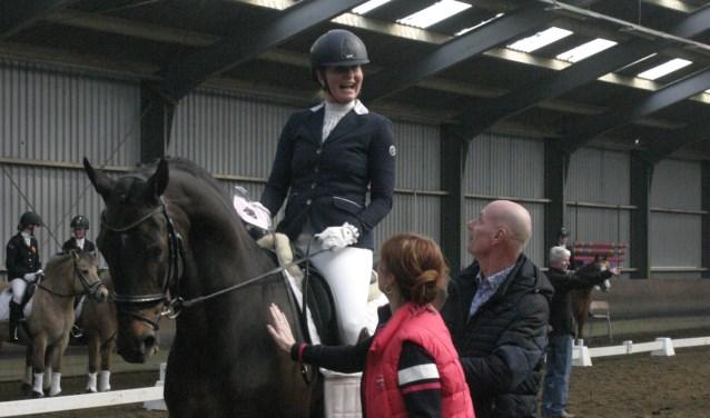 Manon van Meel reikt prijs uit aan winnares