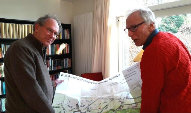 De Rotarians Frank Berendse en Jaap Dillen buigen zich over de kaart met de inrichtingsplannen voor het project Binnenveldse Hooilanden, dat 300 hectare topnatuur wil realiseren.