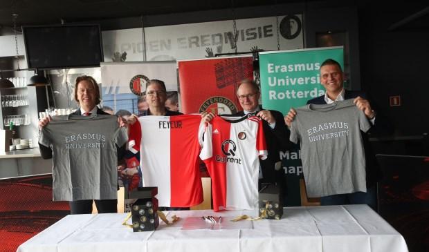 Algemeen directeur Jan de Jong van Feyenoord, manager Supporters- en Maatschappelijke zaken Ton Strooband, decaan prof. dr. Victor Bekkers en programmaleider dr. Brian Godor.