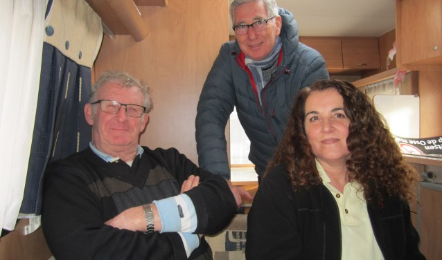 Van links naar rechts: assistent marktmeester Henk van Boekel, voormalig marktmeester Peter Damen en de huidige marktmeester Roos Garcia. Roos en Henk zorgen voor het reilen en zeilen voor de Osse weekmarkt, die sinds september een nieuwe opzet heeft.