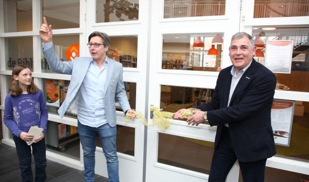 Jesca Eegdeman, Toon Bosmans en Ben Pollmann ontsluiten de deuren van de vernieuwde bieb