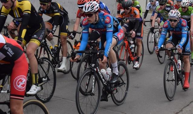 Edo Maas (blauwe kleding midden op de foto) afgelopen zondag tijdens de wedstrijd Zepperen-Zepperen. De komende maanden rijdt hij nog diverse andere wedstrijden in België. (Foto: Lodewijk Maas)