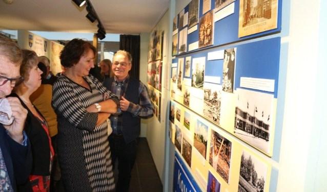 Burgemeester Liesbeth Spies bij de tentoonstelling 'Gluren bij de buren'.