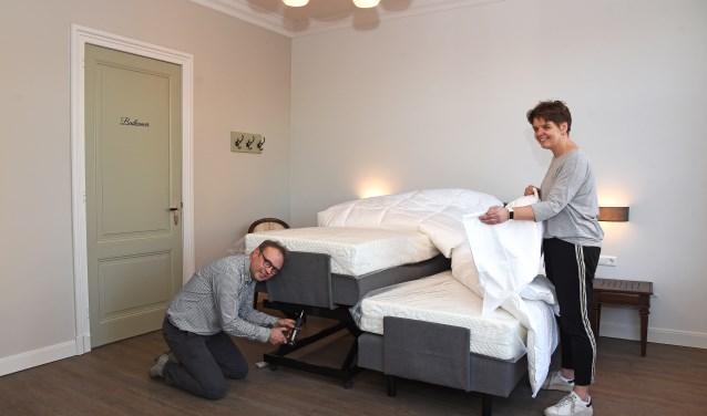 Jos legt laatste hand aan het monteren van een hoog/laag bed waarna bedden worden opgemaakt door Brigitte. Foto: Jan Wijten.