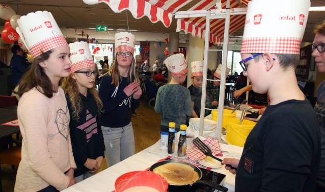 In zorgcentrum Leenderhof demonstreerden leerlingen uit groep 8 van De Triangel hun bakkunsten. Foto: Theo van Sambeek