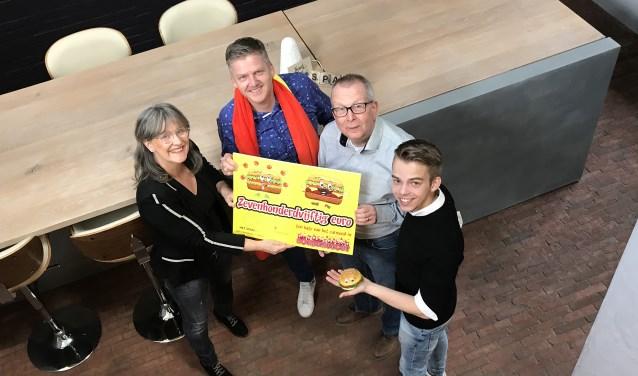 Marjan Span-Joosten en Jordi van Rootseler overhandigen een cheque aan Geert Vos en Marc van den Boom. (foto: hetspan.nl)